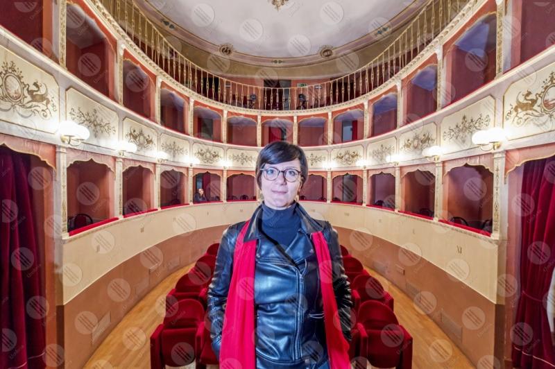 Teatro Caporali interno platea seggiolini affreschi colori arte spettacoli donna  Panicale
