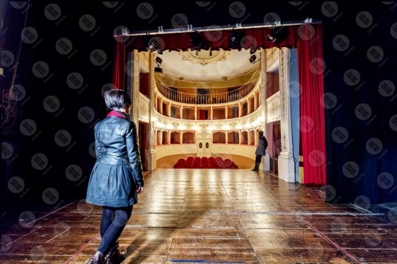 Teatro Caporali interno platea seggiolini affreschi colori arte donne spettacoli  Panicale