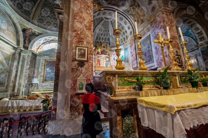 Collegiata di San Michele Arcangelo interno altare colonne volte sculture affreschi colori arte donna ragazza  Panicale