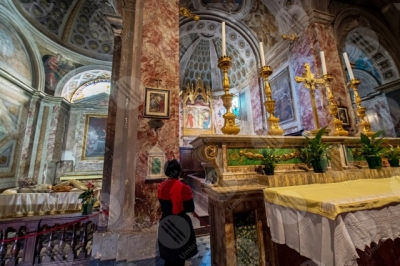 panicale Collegiata di San Michele Arcangelo interno altare colonne volte sculture affreschi colori arte donna ragazza