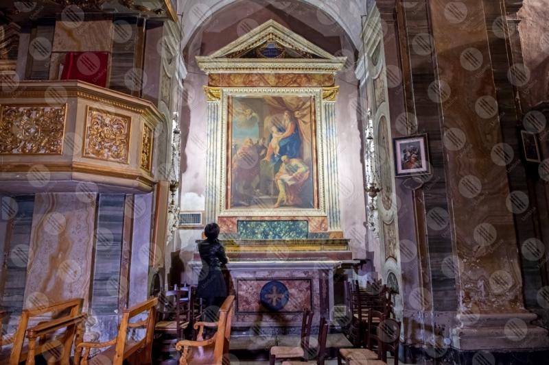 Collegiata di San Michele Arcangelo interno affresco colori arte donna ragazza panche sedie  Panicale