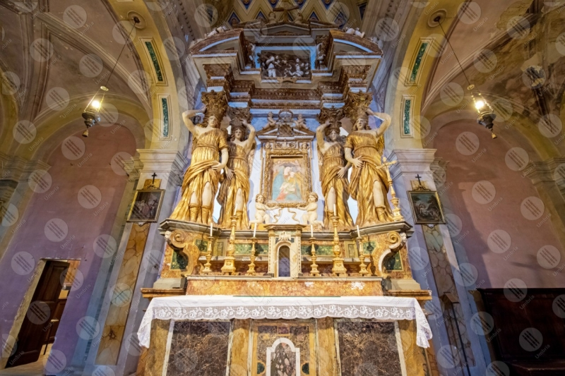 Collegiata di San Michele Arcangelo interno altare sculture affreschi colori arte colonne volte  Panicale