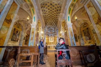 panicale Collegiata di San Michele Arcangelo interno colonne volte altare affreschi colori arte donne ragazze panche