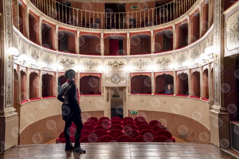 Teatro Caporali interno platea seggiolini affreschi colori arte donna spettacoli  Panicale