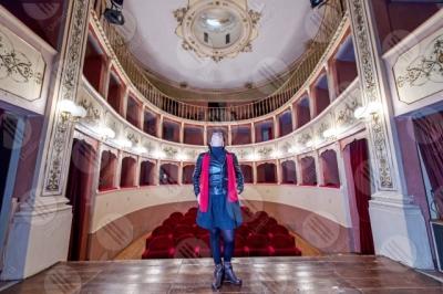 panicale Teatro Caporali interno platea seggiolini affreschi colori arte donna spettacoli