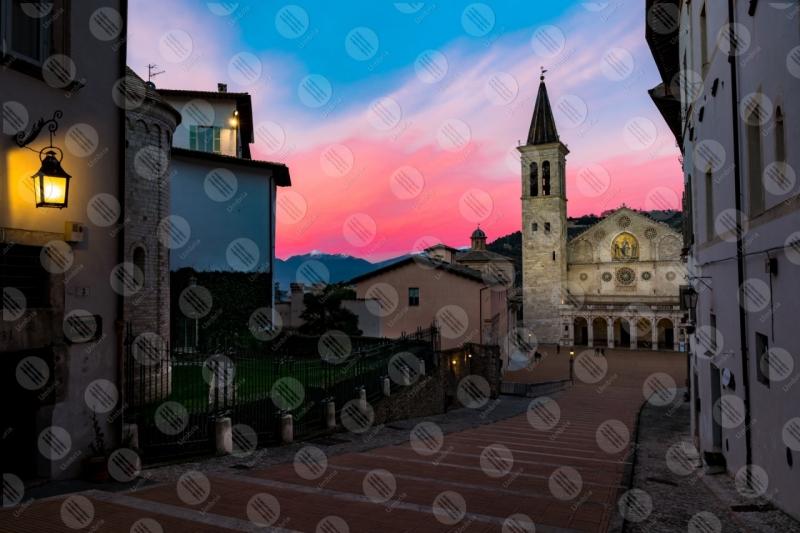 Piazza Duomo Duomo centro storico tramonto facciata scalinata  Spoleto