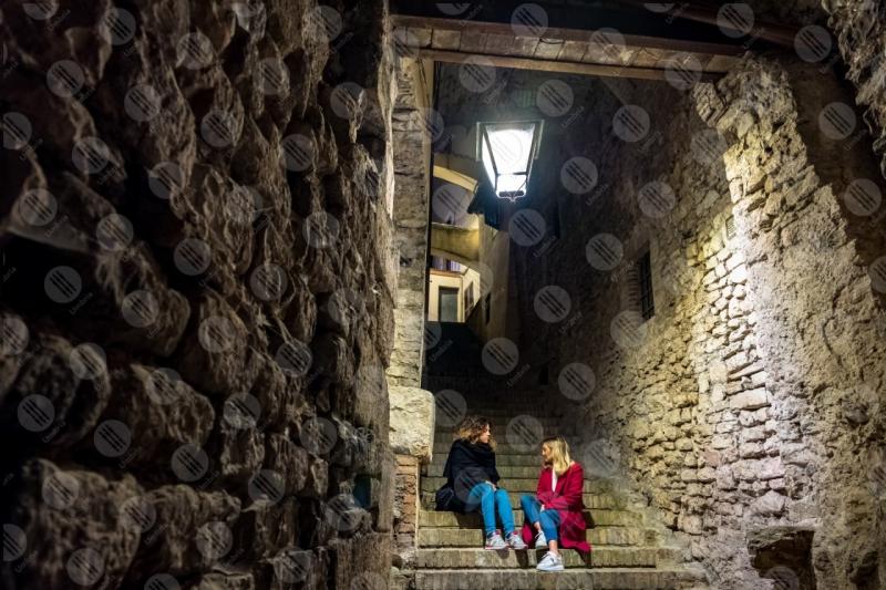 centro storico scalinata vicolo notte lampione donne  Spoleto