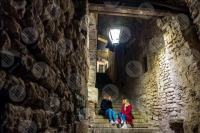 spoleto centro storico scalinata vicolo notte lampione donne