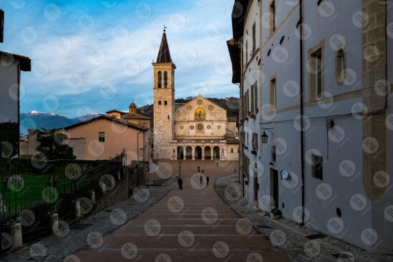 Piazza Duomo Duomo centro storico facciata scalianta  Spoleto