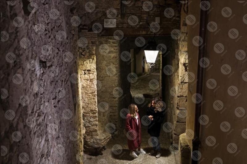 centro storico scalinata vicolo notte donne lampione  Spoleto