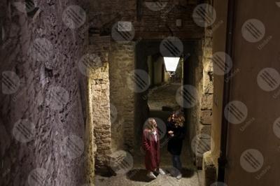spoleto centro storico scalinata vicolo notte donne lampione