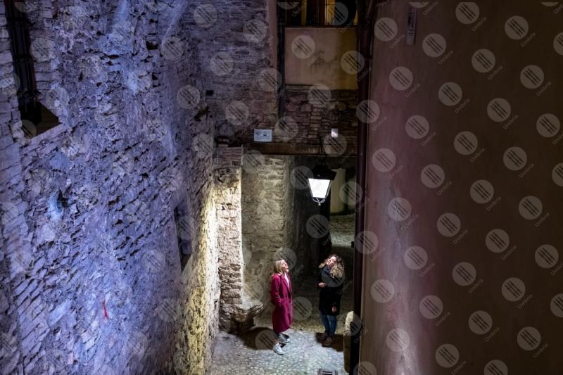 centro storico scalinata vicolo lampione notte donne  Spoleto
