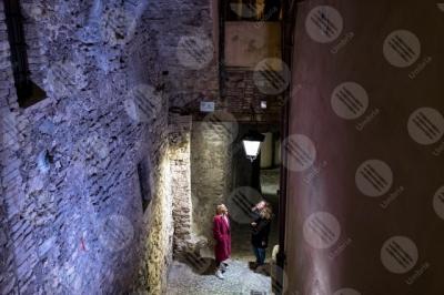 spoleto centro storico scalinata vicolo lampione notte donne
