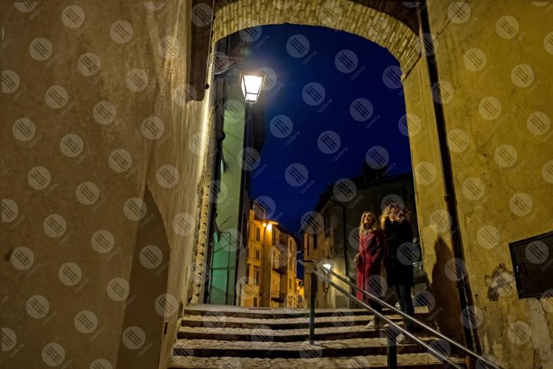 centro storico scalianta notte arco vicolo lampione donne  Spoleto