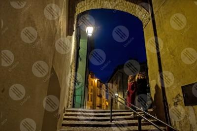 spoleto centro storico scalianta notte arco vicolo lampione donne