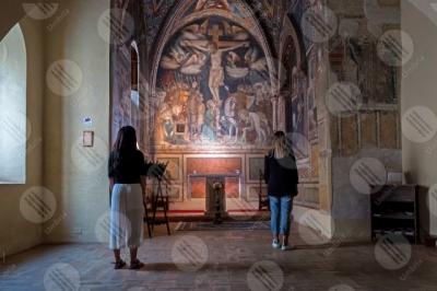 montefalco Cappella di Santa Croce Santuario di Santa Chiara della Croce affreschi colori arte donne