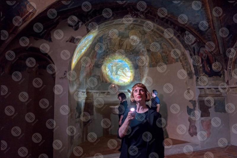 Chiesa di Sant'Andrea affreschi arco colori arte persone donna  Spello