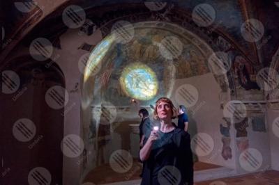 spello Chiesa di Sant'Andrea affreschi arco colori arte persone donna