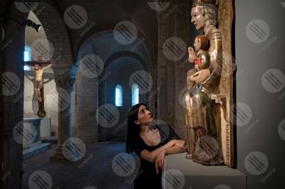 spoleto Chiesa di Sant'Eufemia scultura statua colonne archi colori arte crocifisso donna particolari dettagli