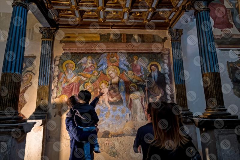 Madonna del Belvedere chiesa di Santa Maria Nuova affresco colori arte colonne persone  Gubbio