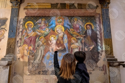 gubbio Madonna del Belvedere chiesa di Santa Maria Nuova affresco colori arte mamma donna figlio bambino dettagli particolari