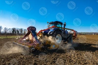 umbria agricoltura campo trattore lavoro campagna cielo cielo sereno