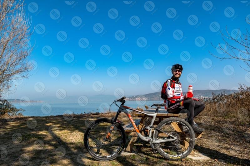 Lago Trasimento bici ciclista San Feliciano Isola Polvese sponda acqua cielo cielo sereno uomo panorama vista paesaggio  Trasimeno