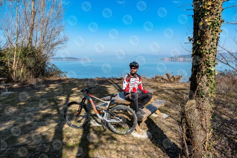 Lago Trasimento bici ciclista San Feliciano Isola Polvese sponda acqua cielo sereno uomo panorama vista paesaggio  Trasimeno
