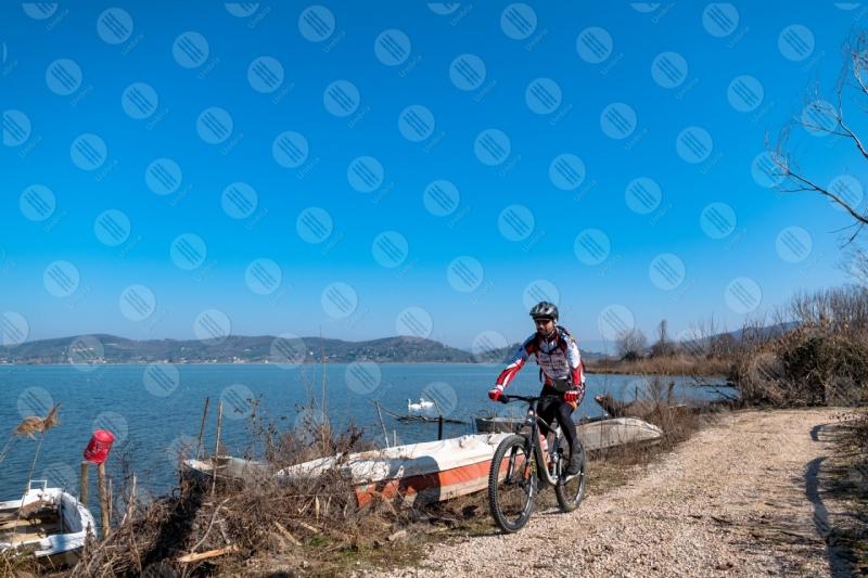 Lago Trasimento bici ciclista sponda barche cigni acqua cielo cielo sereno panorama vista paesaggio uomo sentiero  Trasimeno