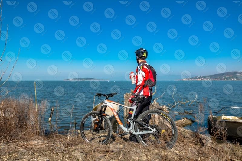 Lago Trasimeno bici ciclista San Feliciano Isola Polvese sponda barche acqua cielo cielo sereno panorama vista paesaggio uomo  Trasimeno