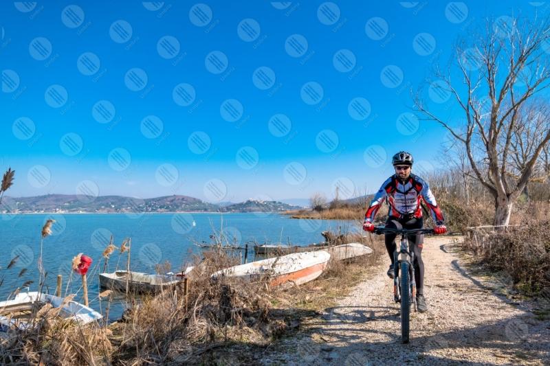 Lago Trasimeno bici ciclista sponda sentiero barche acqua cielo cielo sereno panorama vista paesaggio uomo  Trasimeno