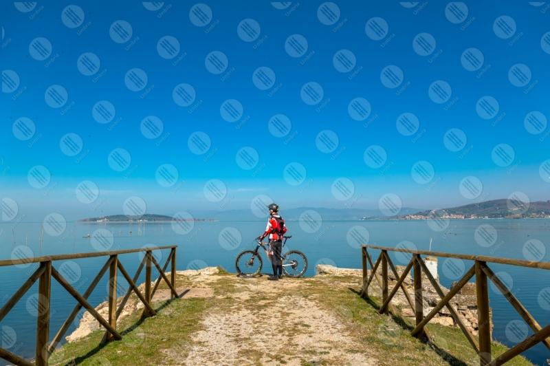 Lago Trasimeno bici ciclista San Feliciano Isola Polvese sponda sentiero acqua cielo cielo sereno panorama vista paesaggio uomo  Trasimeno