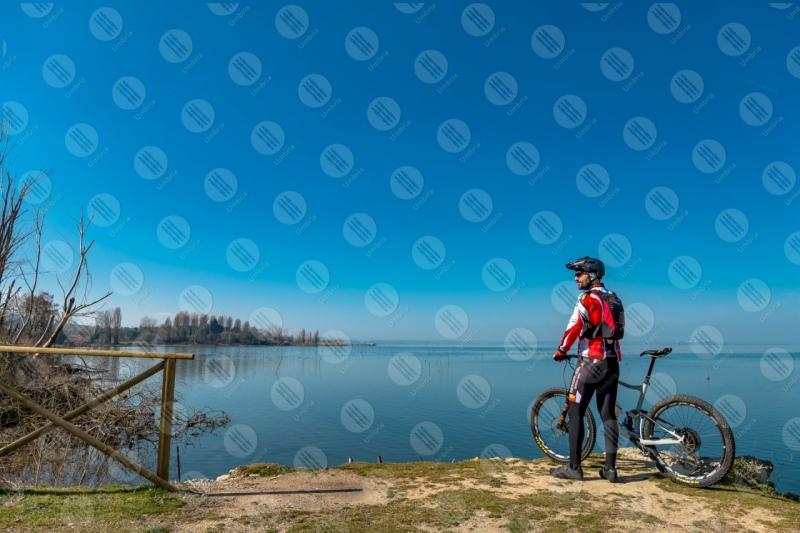 Lago Trasimeno bici ciclista sponda sentiero acqua cielo cielo sereno panorama vista paesaggio uomo  Trasimeno