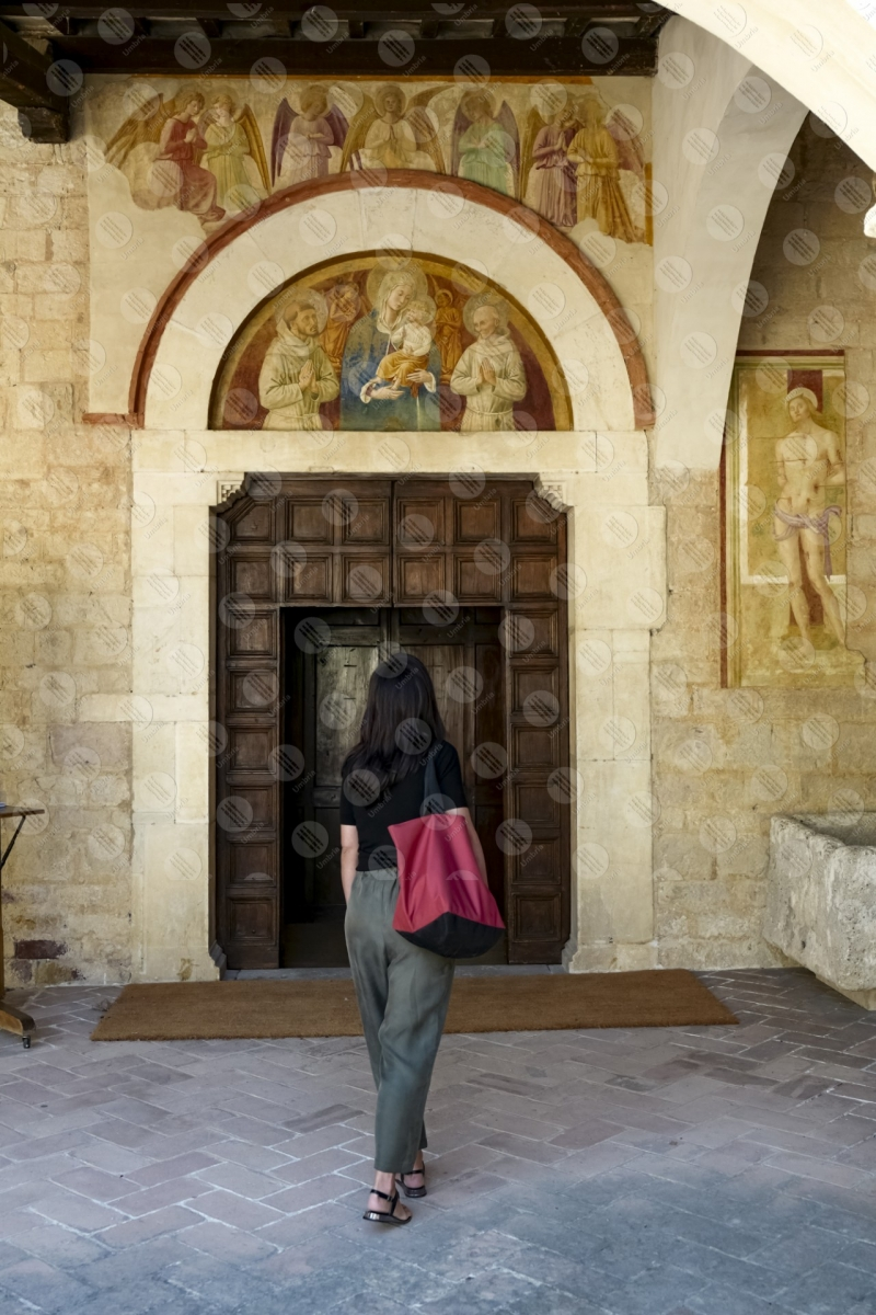 Convento di San Fortunato facciata ingresso colonne dipinti donna ragazza  Montefalco