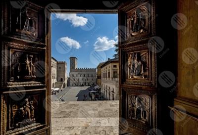 todi Todi historical centre Piazza del Popolo Concattedrale della Santissima Annunziata cathedral Palazzo dei Priori foreshortening