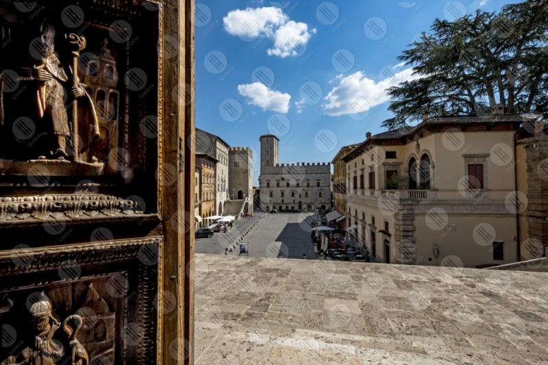 Todi centro storico Piazza del Popolo Concattedrale della Santissima Annunziata duomo Palazzo dei Priori scorcio  Todi