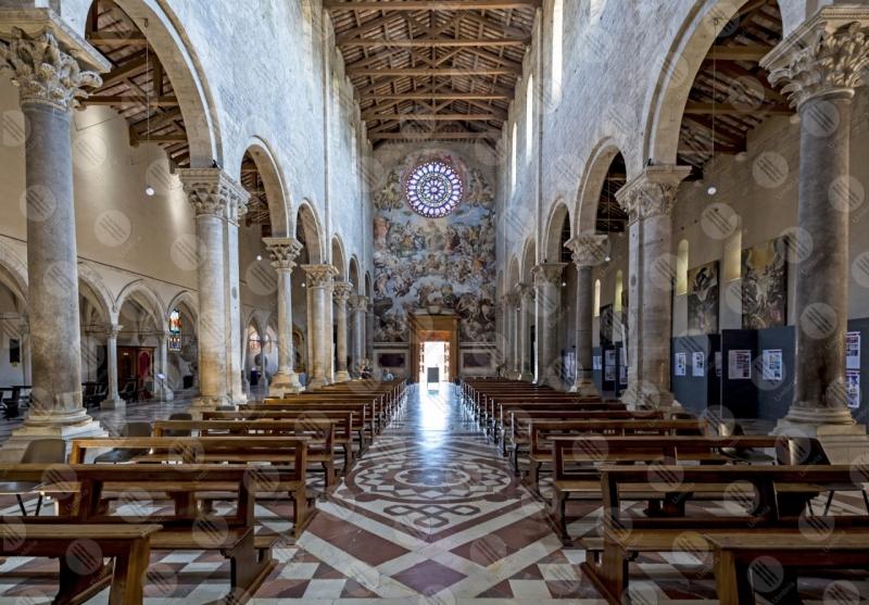 Todi centro storico Concattedrale della Santissima Annunziata duomo interno affreschi arte rosone  Todi