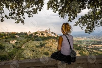 trevi centro storico vista panorama colline donna cielo alberi